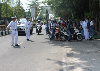 DUGAAN PUNGLI : Murid-murid SMA Negeri 1 Sampit saat pulang sekolah. Sekolah itu diduga melakukan pungutan liar kepada siswa dengan modus uang les privat.