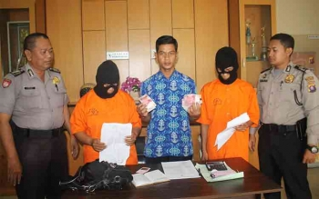 Kanit Reskrim Polsek Pahandut Ipda Jaka Waluya (tengah) menunjukkan barang bukti dan dua tersangka yang ditangani di Polsek, Elena (dua dari kiri) dan Susandi (dua dari kanan), Jumat (12/2/2016). BORNEONEWS/BUTHE YULIAN