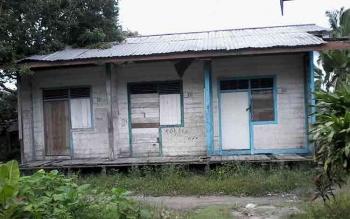 Gedung SDN2 Candi Kecamatan Kumai nampak megah. Tetapi di belakang sekolahnya nampak bangunan rumah dinas yang nyaris lapuk dan tidak dihuni. BORNEONEWS/Maman.
