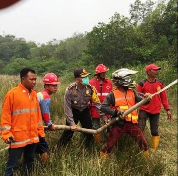 KARHUTLA : Jajaran Polres dan Pemadam Kebakaran Tabalong tengah berjuang memadamkan api di lahan pertanian Kecamatan Pugaan, beberapa waktu lalu. (kalsel.polri.go.id)