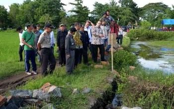 Menteri Desa, Pembangunan Daerah Tertinggal dan Transmigrasi Marwan Jafar meninjau pembangunan irigasi yang menggunakan dana desa dan berdialog dengan warga di Desa Tenrigangkae, Kecamatan Mandai, Kabupaten Maros, Sulawesi Selatan, Sabtu (13/2/2016).