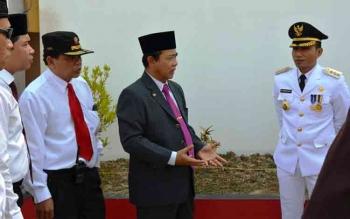 Sekda Kotim Putu Sudarsana menjelaskan proyek pembangunan di Ikon Kota Ikan Jelawat, kepada Bupati periode 2010-2015 Supian Hadi, dan Ketua DPRD Kotim Jhon Krisli, baru-baru ini. Putu akan mengakhiri jabatanntya sebagai sekda tahun ini, DPRD berharap agar