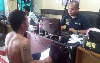 Pelaku penganiayaan saat menjalani pemeriksaan di Mapolres Kotawaringin Timur. BORNEONEWS/HAMIM