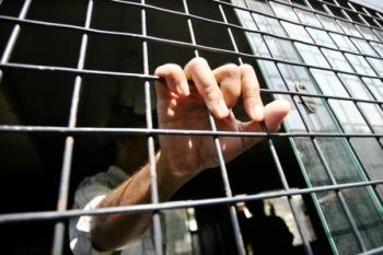 preRAZIA PREMAN : Seorang preman meminta kerabatnya untuk membebaskan dirinya yang terjaring razia. Di Tanjung Pinang, lima preman menghajar empat mahasiswa, karena sengketa lahan.