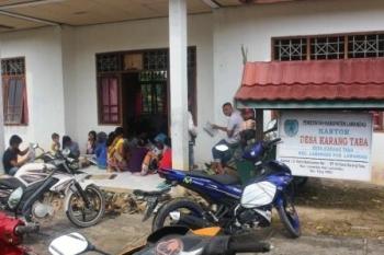 KANTOR DESA : Sejumlah warga saat mengikuti kegiatan di kantor Desa Karang Taba, beberapa waktu lalu. Sementara, sudah hampir dua bulan terakhir aparatur desa belum gajian.