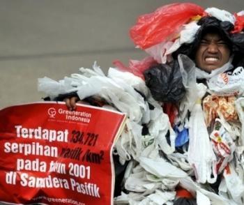 SAMPAH PLASTIK: Sebuah aksi teatrikal menunjukkan tumpukan kantung plastik. Indonesia adalah penghasil sampah plastik terbesar kedua di dunia, dan mulai 21 februari mendatang diberlakukan program pelastik berbayar bagi yang berbelanja di pasar-pasar moder