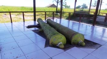 MERIAM KUNO : Dua buah meriam menjadi bukti sejarah bahwa Desa Kubu, Kecamatan Kumai, pernah menjadi benteng pertahanan VOC.