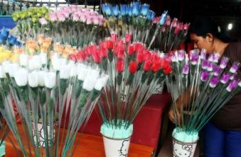BUNGA VALENTINE : Pedagang menata berbagai bunga mawar plastik. Pada hari Valentine, banyak pedagang yang menjual bunga dan pernak-pernik berwarna pink.