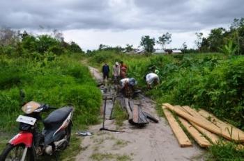 PERBAIKI JALAN: Warga eks Gafatar tengah memperbaiki jalan menuju perkampungan mereka yang terpencil di RT 04 Dusun Kuwali, Desa Kertamulya, Kecamatan/kabupaten Sukamara, Kalteng.