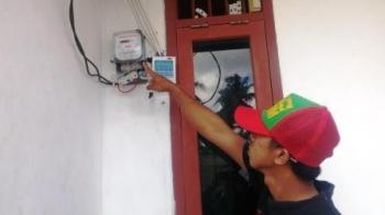 Warga menunjukkan meteran listrik.