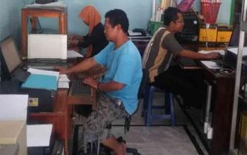 LAYANAN INTERNET: Layanan internet di Desa Karang Mulya, Kecamatan Pangkalan Banteng, Rabu (2/3/2016). Masyarakat Desa Tumbang Habangoi, Katingan meminta pengadaan jaringan internet nirkabel. BORNEO/DOK