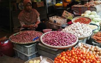 Seorang pedagang bawang sedang menunggu pembeli