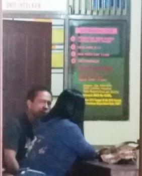 DI RUANG POLISI : Pasangan yang digerebek karena diduga selingkuh, YU dan YA, saat berada di ruang Polsek Dusun Tengah.