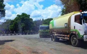 JALAN SAMPIT-BAGENDANG: Tampak truk pengangkut crude palm oil (CPO) melintasi jalan berlubang di Jalan HM Arsyad Sampit-Bagendang, Senin (14/3/2016). Dan rupanya, masih ada investor yang belum menunaikan kewajibannya membangun jalan ke akses pelabuhan itu.