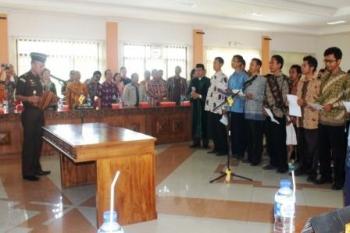 BACAKAN IKRAR : Sebanyak 35 eks anggota Gerakan Fajar Nusantara (Gafatar) mengikrarkan sumpah janji setia pada pancasila, UUD 1945, Negara Kesatuan Republik Indonesia (NKRI) dan agama Islam, Tamiang Layang, Kamis (14/4/2016).