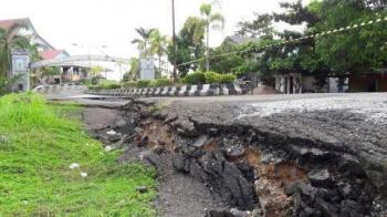 Bupati Perdi Minta Jalan Longsor Depan Pintu Gerbang DPRD Diperbaiki