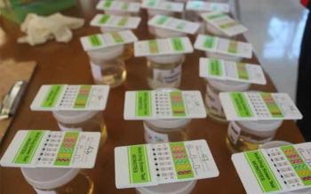 Satu dari 84 orang pegawai yang menjalani pemeriksaan test urin dipastikan positif narkoba. Tes urin dadakan itu berlangsung di Dinas Pekerjaan Umum (DPU) dan Dinas Pertambangan dan Energi (Distamben), Jumat (15/4/2016). BORNEONEWS/HENDI NURFALAH