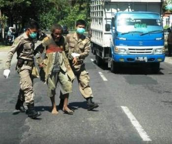 AMANKAN WARGA : Dua petugas Satpol PP mengamankan warga diduga sakit jiwa. Di Bartim terdapat 122 warga yang mengalami gangguan jiwa.