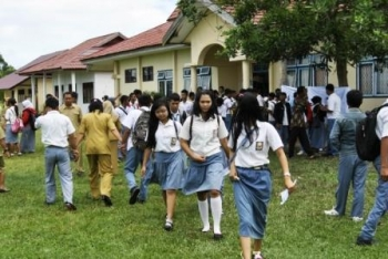 SISWA SMK : Sejumlah siswa SMK tengah beraktivitas di halaman sekolah mereka. Wabup Surianyah mengimbau agar sekolah SMK bisa mencetak wirausahawan andal.