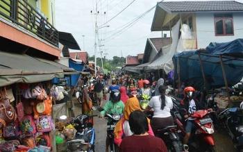 Situasi di Jalan Temanggung Silam, Kota Puruk Cahu, menuju Pasar Hungan yang padat karena adanya informasi kebakaran di salah satu rumah warga, Senin (18/4/2016). BORNEONEWS/SUPRI ADI