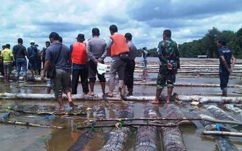 Sebanyak 2.750 potong kayu temuan tim gabungan Polres Barito Selatan, Kodim 1012 Buntok dan dinas kehutanan di Desa Tarusan Kecamatan Dusun Utara, Minggu (17/4/2016). Belum lama ini Polda Kalteng juga mengamankan ribuan kayu log ilegal di DAS Barito, Bunt