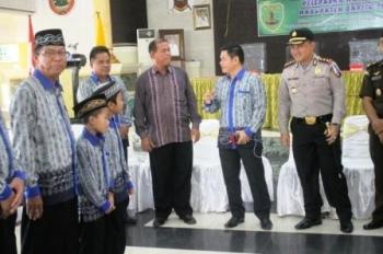 BUPATI BARTIM : Bupati Bartim Ampera AY Mebas (dua kanan) mengintruksikan para ketua RT untuk terlibat dalam upaya menekan tindak kriminalitas di kabupaten tersebut.