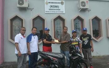 Bupati Dan KONI Katingan Sumbang Sepeda Motor Kejurda Motor Prix