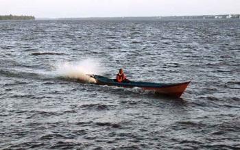 Seorang nelayan di Desa Ujung Pandaran, Kecamatan Teluk Sampit, Kabupaten Kotawaringin Timur mencari ikan. DOK BORNEONEWS