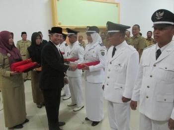 Bupati Seruyan Sudarsono saat melantik delapan orang pejabat kepala desa di aula kantor Bappeda Seruyan, Selasa (26/4) sore. BORNEONEWS/PARNEN