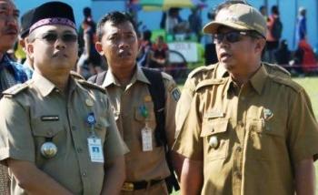 Bupati Seruyan Sudarsono saat berbincang bersama Camat Seruyan Hilir Idham BW Kusuma. BORNEONEWS/PARNEN