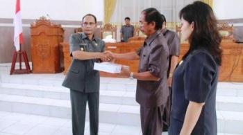 Bupati Gunung Mas Arton S Dohong (kiri) menyerahkan laporan keterangan pertanggungjawaban (LKPJ) APBD 2015 kepada ketua DPRD Gunung Mas. BORNEONEWS/EPRA SENTOSA
