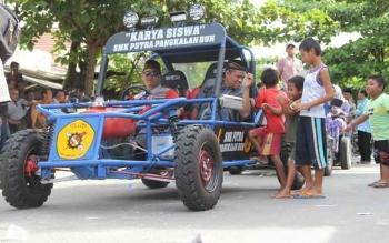 Mobil rakitan siswa SMK Putra Pangkalan Bun ikut meriahkan pawai taaruf MTQ tingkat Kabupaten Kotawaringin Barat ke-47. BORNEONEWS/CR-1