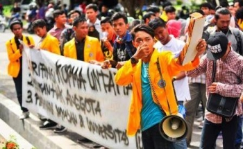 Para mahasiswa. mengajukan tuntutan mundur Ujang Iskandar dari Ketua Yayasan Kotawaringin dan Jefri Wattimena dari kursi Rektor Untama. BORNEONEWS/RADEN METAL