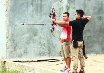 Atlet panahan kebanggaan indonesia asal Lamandau yang kini sedang mengikuti Pelatnas untuk seagemes dan asean games, Sapriatno, saat melatih juniornya. BORNEONEWS/HENDI NURFALAH