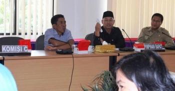 Subandi (paling kanan) dan Ketua Komisi C Rusliansyah (tengah) saat rapat kerja dengan Dinkes dan BPJS di Gedung DPRD Kota Palangkaraya. BORNEONEWS/MUCHLAS ROZIKIN