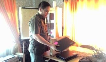 Kasi Pidana Khusus Kejaksaan Negeri Kuala Kapuas Adrianto Budi Santoso menunjukkan barang bukti berupa 33 laptop sebgai barang bukti dengan kerugian negara sekitar Rp 858 juta. BORNEONEWS/DJEMMY NASUTION