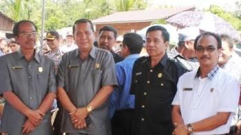 Anggota Dewan Perwakilan Rakyat Daerah (DPRD) Gunung Mas (Gumas) Tatau Arnold Pisy (paling kanan) menyempatkan berfoto bersama saat kegiatan di Desa Tumbang Lapan, Kecamatan Rungan Hulu. BORNEONEWS/EPRA SENTOSA