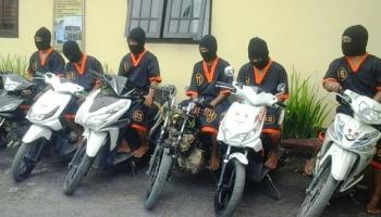 Enam 'bandit kecil' dan sepeda motor hasil curian saat diamankan di Mapolres Kobar. BORNEONEWS/CR-1