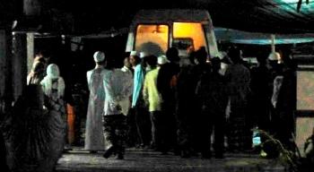 Jenazah korban pembunuhan Devi Sari Rahayu saat dibawa keluar dari mobil jenazah menuju rumah duka di Gang Teratai IV, Jalan PRA Kusumayudha, Kelurahan Mendawai. Kamis (28/4/2016). BORNEONEWS/CR-1