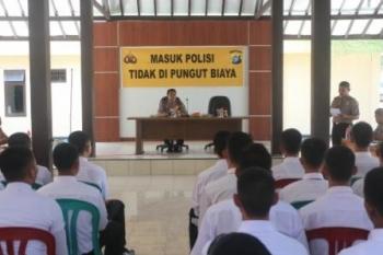 Wakapolres dan Kasat Binmas Polres Lamandau saat memberikan paparan kepada para calon siswa saat Rikmin dalama rekrutmen calon siswa Polri, Jumat (29/4/2016)