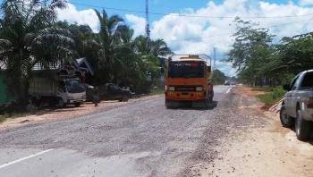 Truk tangki yang melintas di Desa Pandu Sanjaya, Kecamatan Pangkalan Lada. Truk tangki sejenis baik bermuatan CPO ataupun minyak milik Pertamina yang sering ugal ugalan tanpa memperhatikan keselamatan pengguna jalan dikeluhkan oleh warga. BORNEONEWS/KOKO