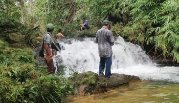 Warga Desa dengan pihak terkait saat mensurvei kelayakan air terjun Riam Beguruh di Desa Semantun, Kecamatan Balai Riam, Kabupaten Sukamara. BORNEONEWS/MG-13