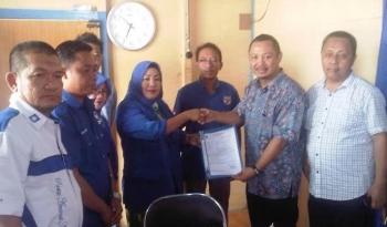 Edy Raya Samsuri (dua dari kanan) menyerahkan berkas pendaftaran sebagai bacalon bupati disekretariat PAN Buntok