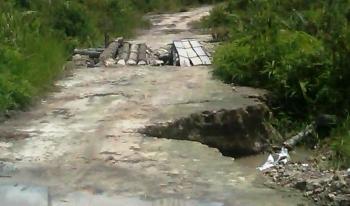 Kondisi jalan menuju Desa Muara Talang Kecamatan Duseun Selatan rusak parah sejak puluhan tahun , belum sempat diperhatikan Pemerintah setampat. BORNEONEWS/LAILY MANSYUR)