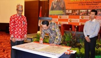 Penjabat Gubernur Kalimantan Tengah, Hadi Prabowo Menandatangani Pernyataan Deklarasi Penyuksesan Sensus Ekonomi 2016, Kamis (28/4/2016) lalu. BORNEONEWS/TESTI PRISCILLA