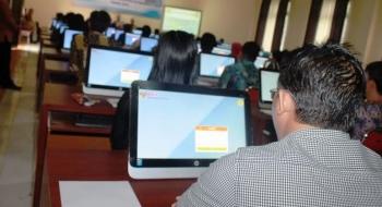 Para peserta tes tenaga kontrak di Kabupaten Kotim diberi arahan oleh panitia sebelum tes berlangsung di Aula Computer Assited Test (CAT) BKD Kotim. BORNEONEWS/RAFIUDIN