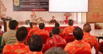 Kapolres Gunung Mas AKBP Pria Premos memberikan sosialisasi terkait larangan membakar hutan dan lahan di GPU Tampung Penyang, Kuala Kurun. BORNEONEWS/EPRA SENTOSA