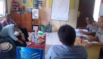 Kasat Binmas AKP Gusti Ramdhani yang didampingi Aiptu Kholid yang memfasilitasi mediasi warga Desa Bambulung dengan PT BKI. PT BKI dituding menyerobot tanah milik warga. BORNEONEWS/AMAR ISMANI