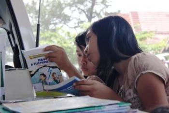Sejumlah anak membaca buku di Perpustakaan Keliling yang setiap hari libur memberikan pelayanan di Taman Kota dan Stadion 29 November Sampit. BORNEONEWS/RIFQI