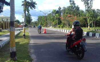 Pembatas jalan di Sukamara ganggu pengguna jalan. BORNEONEWS/MG-13